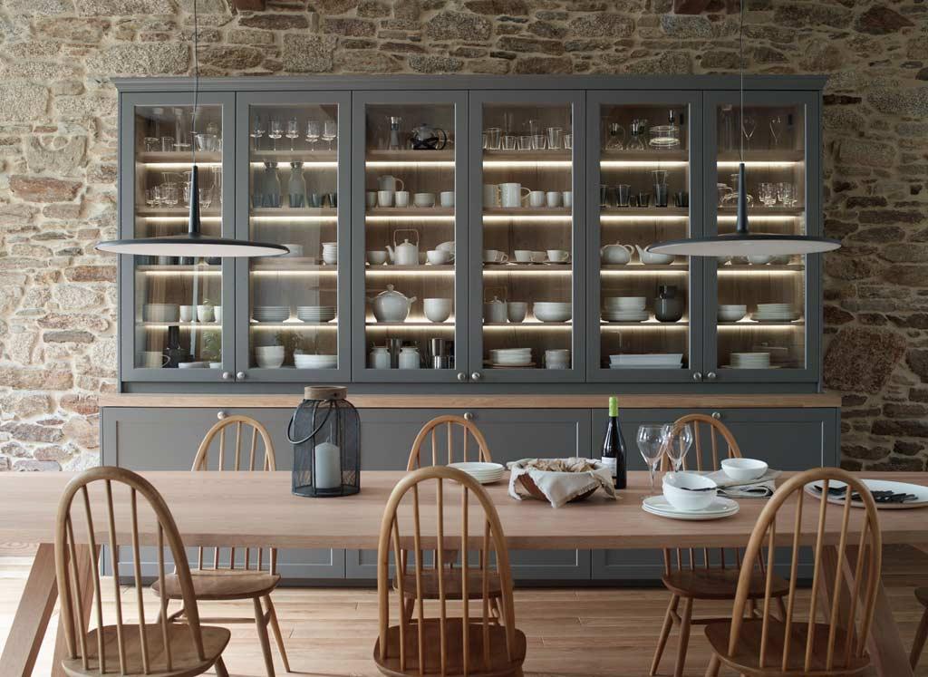 Aparador con vitrina e iluminacion en cocina grande con isla