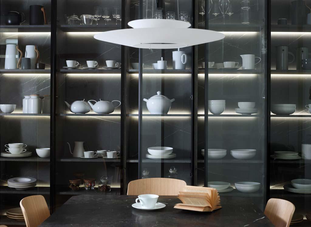 Armario vitrina en cocina abierta al comedor - Colección Santos